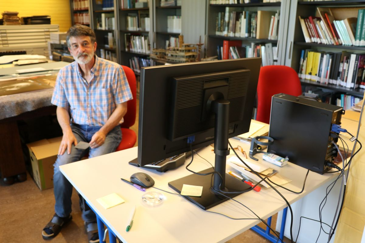Dirk Haesaert aan het werk in het mudel.